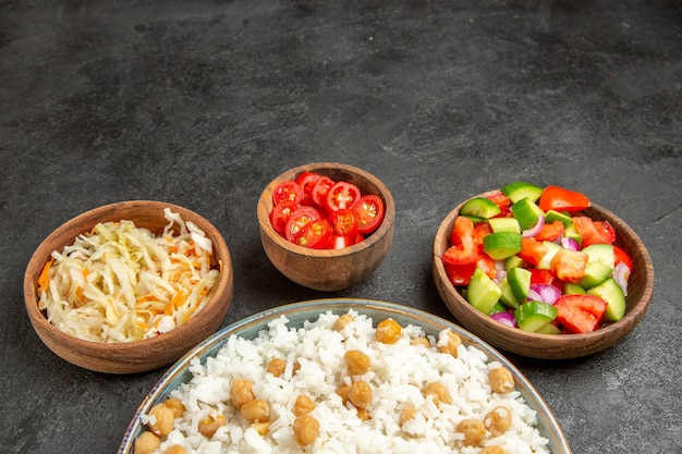 Domowe danie z ryżu i zdrowa sałatka