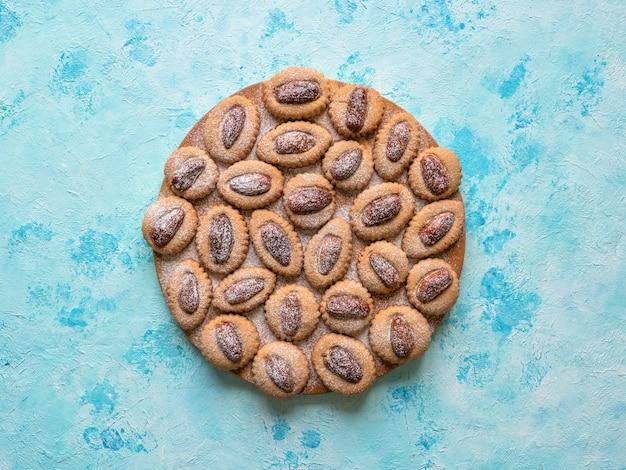 Domowe eid dates słodycze na niebieskim stole, widok z góry