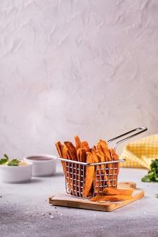 Domowe frytki ze słodkich ziemniaków pieczone z keczupem