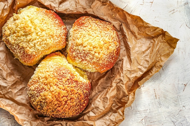 Domowe gorące bułeczki ekologiczne czyste jedzenie rustykalne tradycyjne śniadanie słodkie wypieki z cukrem ...