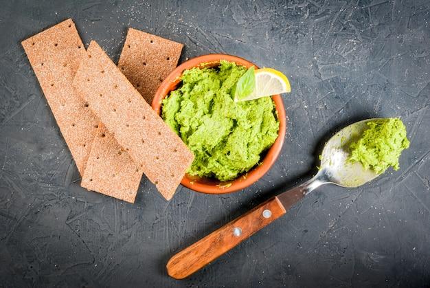 Domowe guacamole w misce