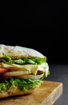 Domowe hamburgery z wołowiną, serem na drewnianym stole