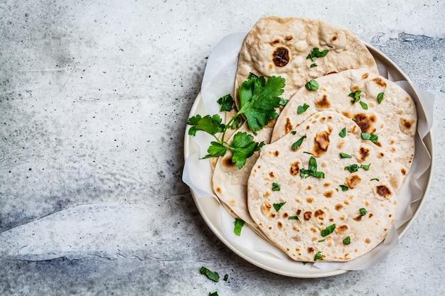 Domowe indyjskie chapati flatbread na szarym