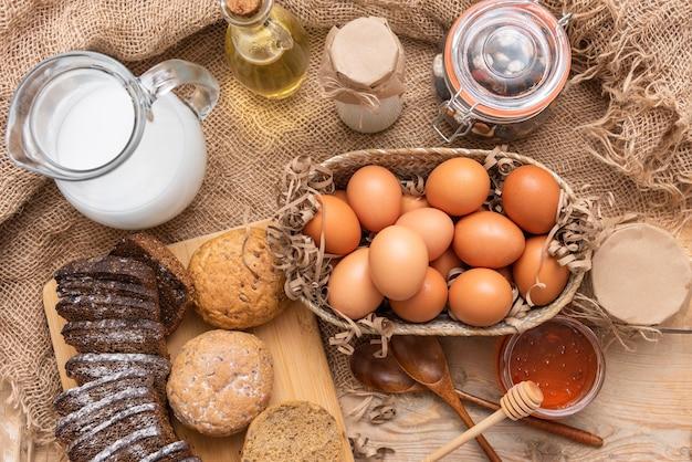 Domowe jaja kurze z mlekiem krowim i świeżo upieczonym chlebem.