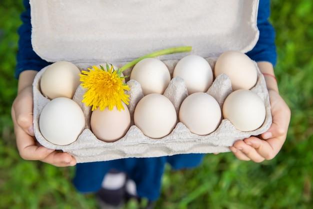 Domowe jaja w rękach dziecka.