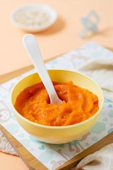 Domowe jedzenie dla dzieci w żółtej misce