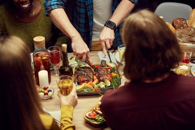 Domowe jedzenie przy stole