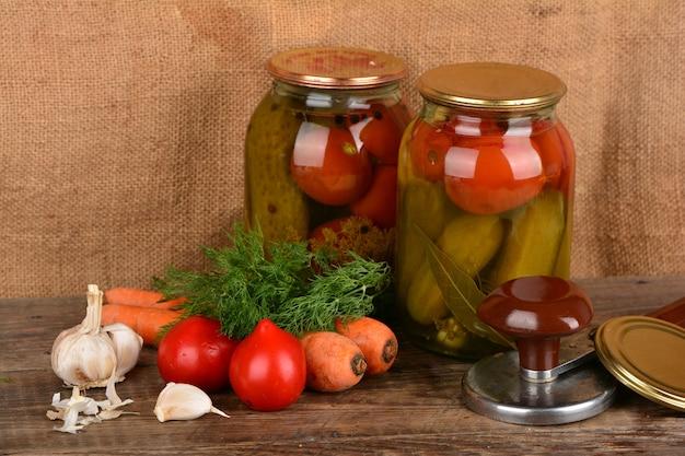 Domowe konserwy warzywne w puszkach
