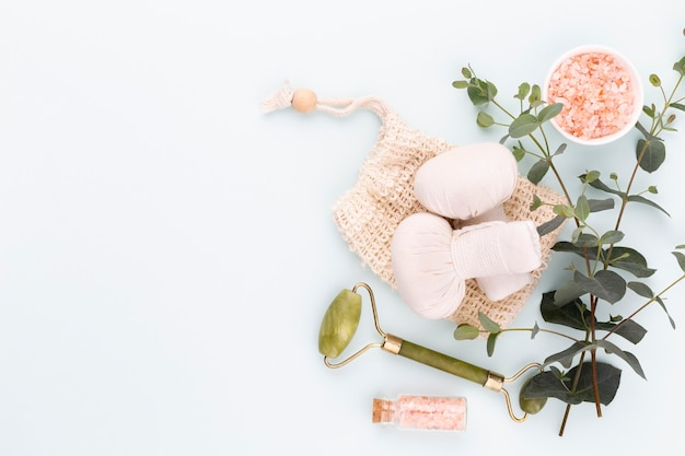 Domowe kosmetyki spa i pielęgnacji skóry. butelki z produktami kosmetycznymi spa na pastelowym tle.