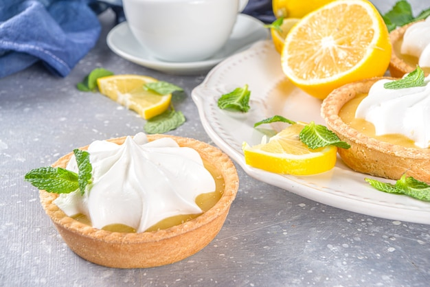 Domowe kruche ciasteczka mini z twarogiem cytrynowym i bitą śmietaną