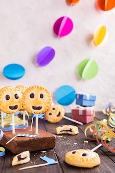 Domowe kruche ciasteczka na patyku