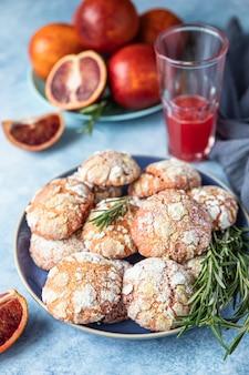 Domowe kruche ciasteczka pomarańczowe marszczone z rozmarynem i sycylijskimi czerwonymi pomarańczami