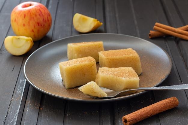 Domowe kwadraty galaretki jabłkowej z cynamonem na talerzu