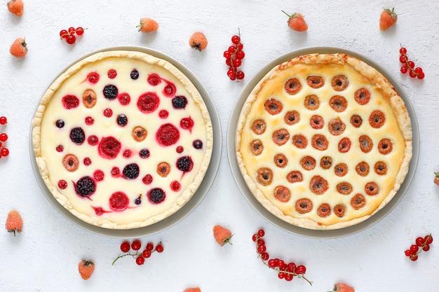 Domowe letnie ciasto smołowe z jagodami, różne jagody, złota malina, jeżyna, czerwona porzeczka, malina i czarna porzeczka, widok z góry