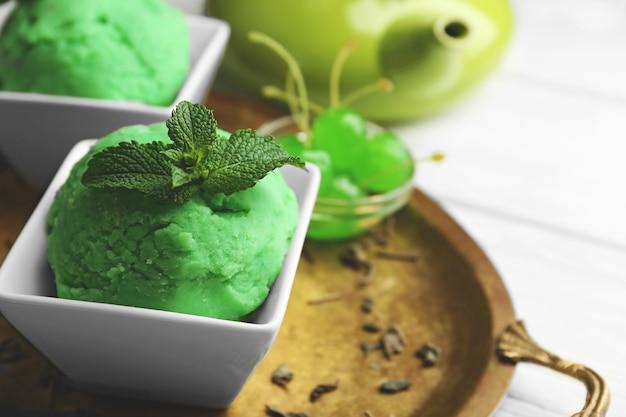 Domowe lody z zielonej herbaty na jasnym drewnie