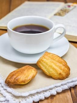 Domowe madeleines z filiżanką kawy