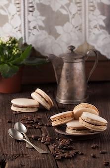 Domowe makaroniki na talerzu