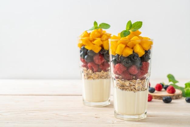 Domowe mango, malina i borówka z jogurtem i granolą - zdrowy styl jedzenia