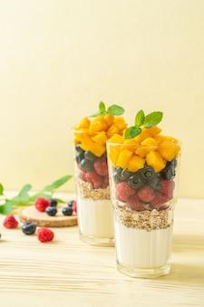 Domowe mango, maliny i jagody z jogurtem i muesli - styl zdrowej żywności