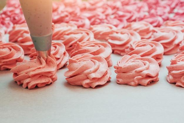 Domowe marshmallows różowe na białym pergaminie