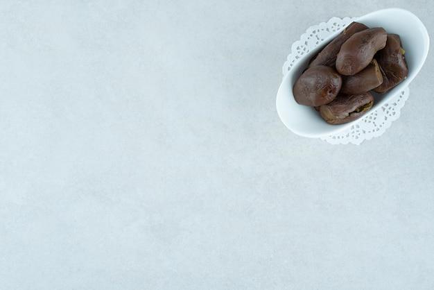 Domowe marynowane bakłażany w białej misce.
