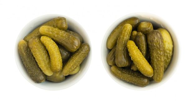 Domowe marynowane korniszony lub ogórki w szklanej okrągłej misce
