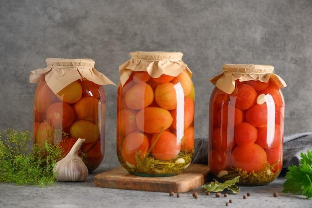 Domowe marynowane pomidory w puszkach warzywnych w szklanym słoju