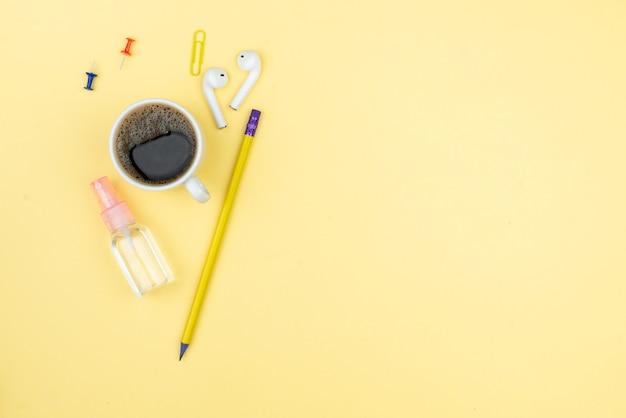Domowe miejsce pracy z filiżanką kawy, soczystym, notatnikiem i długopisem.
