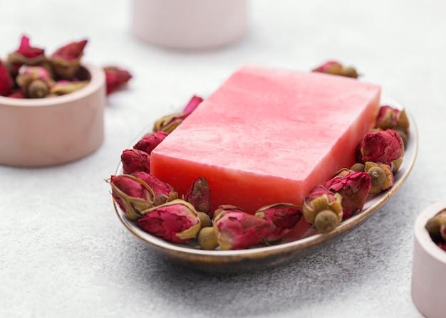 Domowe mydło w kolorze różowym pod wysokim kątem