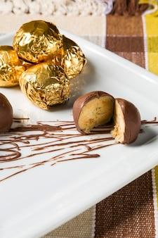 Domowe naturalne cukierki czekoladowe na białym tle.