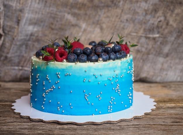 Domowe niebieskie ciasto z jagodami