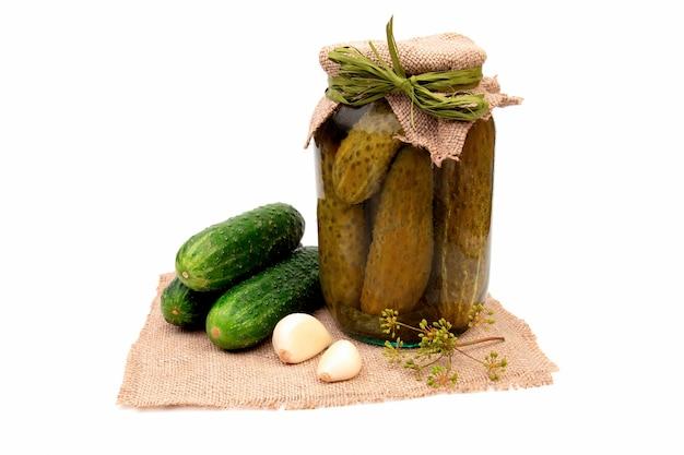 Domowe ogórki konserwowe lub kiszone. przygotowanie do zimy. solenie.