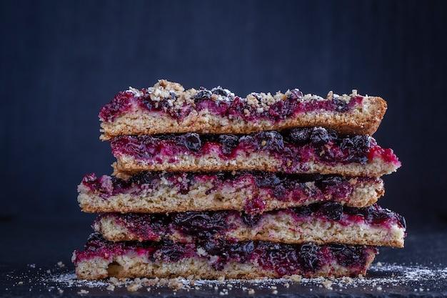 Domowe organiczne ciasto porzeczkowe gotowe do spożycia. tarta porzeczkowa na czarnym tle, z bliska