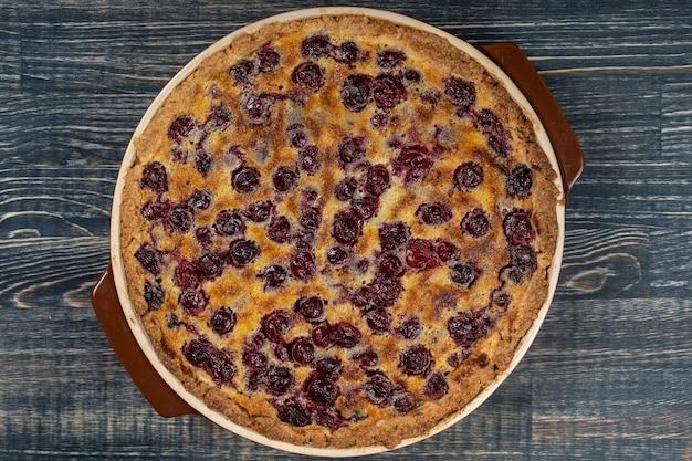 Domowe organiczne ciasto wiśniowe deser gotowe do spożycia, z bliska. tarta wiśniowa. widok z góry