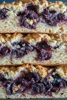 Domowe organiczne ciasto wiśniowe deser gotowe do spożycia, z bliska. tarta wiśniowa