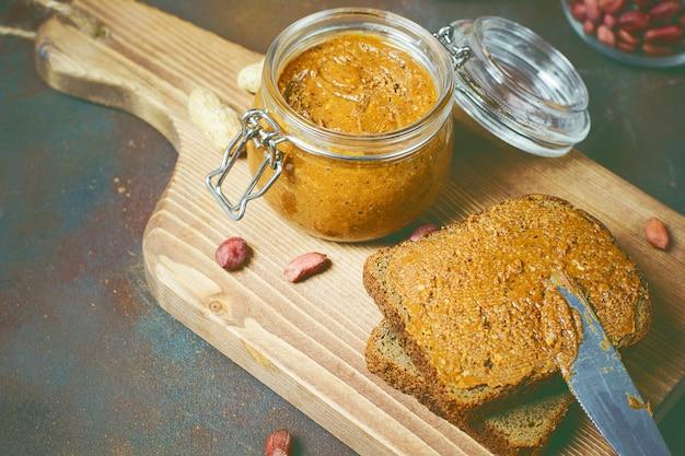 Domowe organiczne kremowe masło orzechowe w słoiku