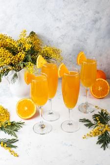 Domowe orzeźwiające pomarańczowe koktajle mimosa z champaigne