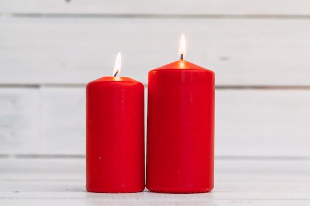 Domowe oświetleniowe świeczki na drewnianym stole