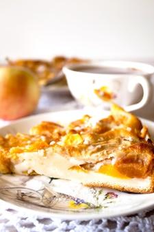 Domowe owoce jabłko morelowe ciasto brzoskwiniowe zbliżenie na białej serwetce z dzianiny