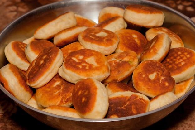 Domowe paszteciki z groszkiem i ziemniakami.