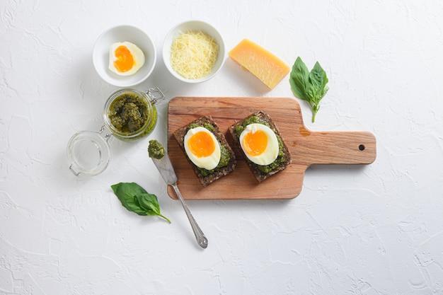 Domowe pesto alla genovese ze składnikami i gotowanymi jajkami