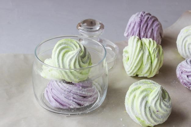 Domowe pianki marshmallows w kolorze zielonym i fioletowym