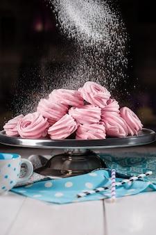 Domowe pianki. różowe pianki na półmisku w piekarni. domowe słodycze.