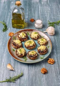 Domowe pieczone faszerowane pieczarki ze świeżym koprem i serem