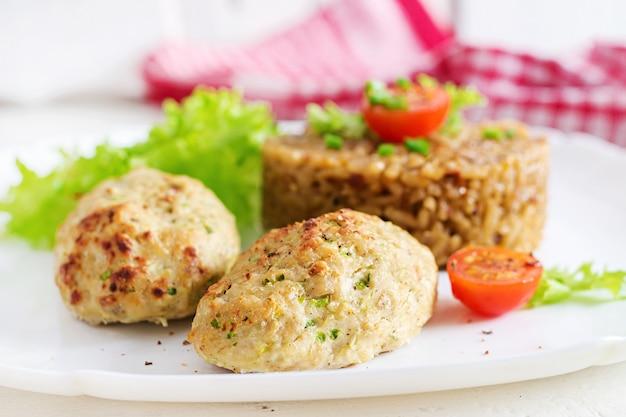 Domowe pieczone kotlety z ryżem na stole w stylu rustykalnym. zdrowe jedzenie