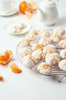 Domowe pieczone pęknięte ciasteczka clementine chłodzone na ruszcie do pieczenia