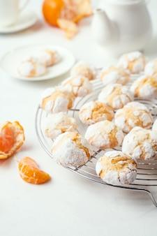 Domowe pieczone pęknięte ciasteczka na ruszcie do pieczenia