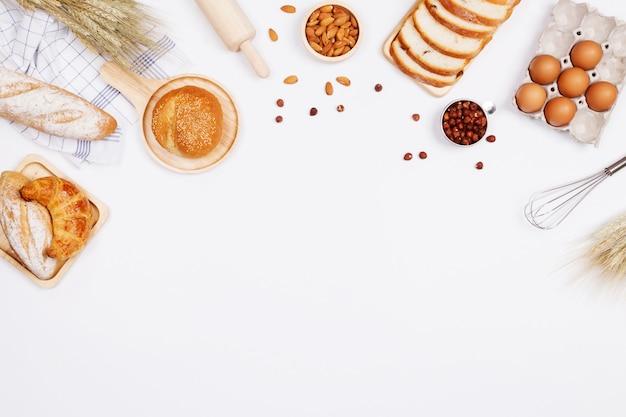 Domowe pieczywo lub drożdżówka, rogaliki i składniki piekarnicze