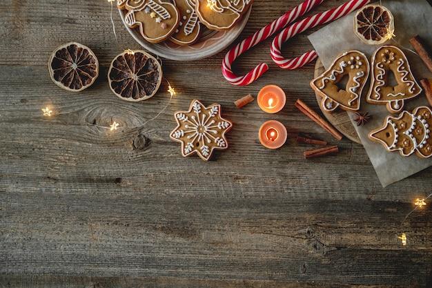 Domowe pierniki i ozdoby świąteczne na drewnianym tle z miejscem na kopię, widok z góry
