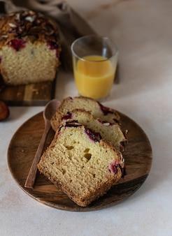 Domowe pikantne ciasto śliwkowe ozdobione migdałami
